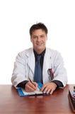 Doctor que se sienta en el escritorio foto de archivo