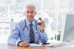 Doctor que sostiene el tarro de la medicina foto de archivo