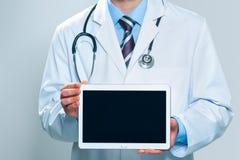 Doctor que sostiene la tablilla digital en blanco imágenes de archivo libres de regalías