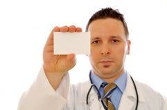 Doctor que sostiene la tarjeta en blanco Fotos de archivo