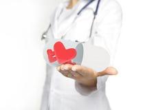 Doctor que sostiene píldoras Imagenes de archivo