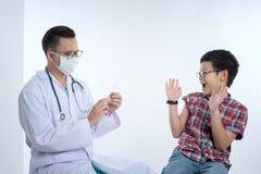 Doctor que sostiene una jeringuilla con la vacunación de la inyección E Imágenes de archivo libres de regalías
