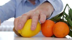 Doctor que substituye el medicamento por concepto médico de las vitaminas de las frutas frescas almacen de video