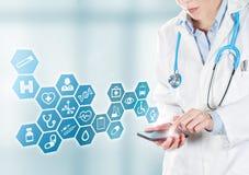Doctor que toca los botones médicos en móvil fotos de archivo libres de regalías
