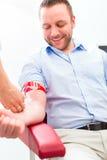 Doctor que toma la muestra de sangre Foto de archivo libre de regalías