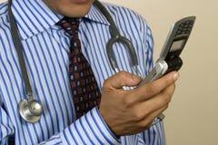 Doctor que toma llamada urgente Fotografía de archivo libre de regalías