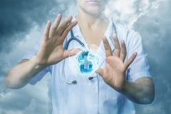Doctor que trabaja en Internet global imágenes de archivo libres de regalías