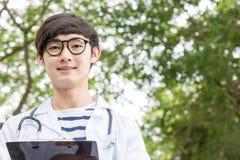doctor que trabaja en jardín Foto de archivo libre de regalías