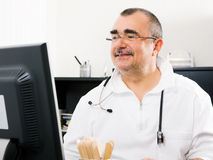 Doctor que trabaja en la PC Fotos de archivo libres de regalías