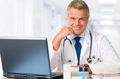 Doctor que trabaja en oficina imágenes de archivo libres de regalías