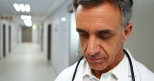 Doctor que trabaja en un hospital almacen de video