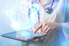 Doctor que trabaja en una pantalla virtual Concepto médico de la tecnología Fotos de archivo libres de regalías