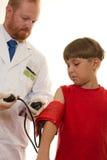 Doctor que trata al paciente Foto de archivo libre de regalías
