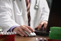 Doctor que usa el ordenador Fotografía de archivo libre de regalías