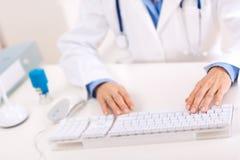 Doctor que usa el ordenador Imagen de archivo libre de regalías