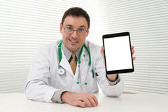 Doctor que usa el ordenador de la tablilla Foto de archivo libre de regalías