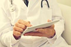 Doctor que usa una tableta Imagenes de archivo