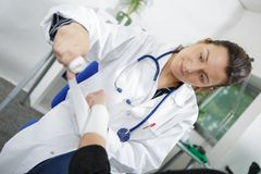 Doctor que venda a un paciente fotografía de archivo libre de regalías