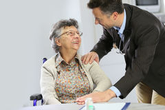 Doctor reassures a senior woman Royalty Free Stock Photos