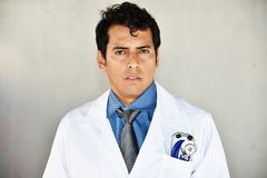 Doctor serio del varón adulto Fotos de archivo