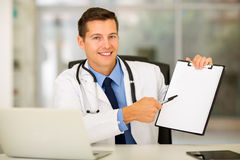 Doctor showing clipboard Royalty Free Stock Photography