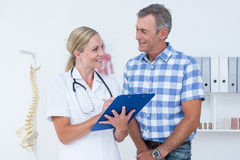 Doctor showing clipboard to her patient Royalty Free Stock Photography