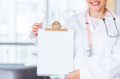 Doctor showing a clipboard Royalty Free Stock Photos