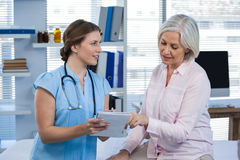 Doctor showing prescription to patient Royalty Free Stock Photos