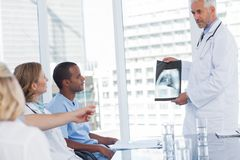 Doctor showing x-ray Royalty Free Stock Photography