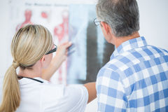 Doctor showing X rays to her patient Royalty Free Stock Photography