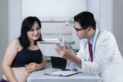 Doctor shows treatment result on digital tablet Stock Photography