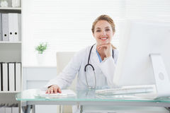 Doctor smiling at the camera Royalty Free Stock Photos