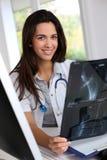 Doctor som kontrollerar röntgenstrålen arkivfoto
