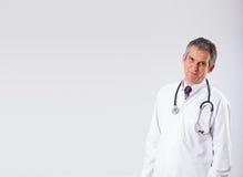 Doctor som lyssnar för att tömma, kopierar utrymme med stetoskopet Arkivfoton
