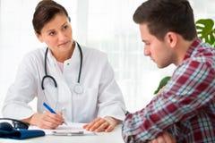 Doctor som talar till tålmodig Royaltyfri Foto