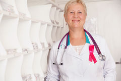 Doctor sonriente con el estetoscopio Fotografía de archivo libre de regalías