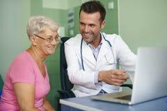 Doctor sonriente con el paciente Foto de archivo libre de regalías