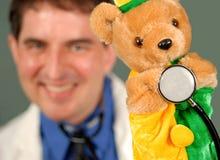 Doctor sonriente con la marioneta, DOF bajo Imágenes de archivo libres de regalías