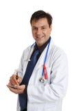 Doctor sonriente con la pluma y la pista de la escritura Imagen de archivo
