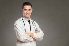 Doctor sonriente con los brazos cruzados Imagen de archivo