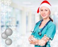 Doctor sonriente que lleva el sombrero rojo de santa fotos de archivo libres de regalías