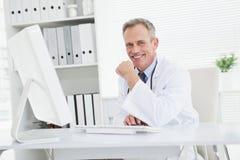 Doctor sonriente que mira la cámara Imágenes de archivo libres de regalías