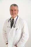 Doctor sonriente que parece feliz Imagenes de archivo