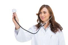 Doctor sonriente que sostiene el estetoscopio imágenes de archivo libres de regalías