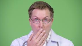 Doctor sorprendido y chocado del hombre almacen de video