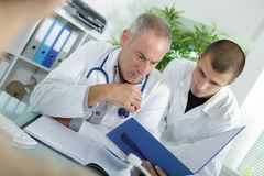 Doctor and student doctor explaining something Royalty Free Stock Photos