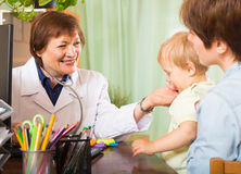 Doctor talking with mother of baby Royalty Free Stock Photos