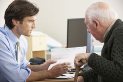 Doctor talking to senior male patient Royalty Free Stock Photography