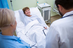 Doctor talking to a senior patient Royalty Free Stock Photos