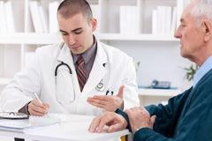 Doctor talking to senior patient Royalty Free Stock Photos